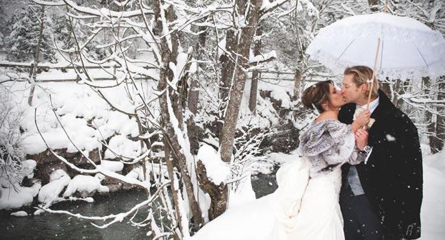 winter-weddings-top-10-reasons-couple-in-snow