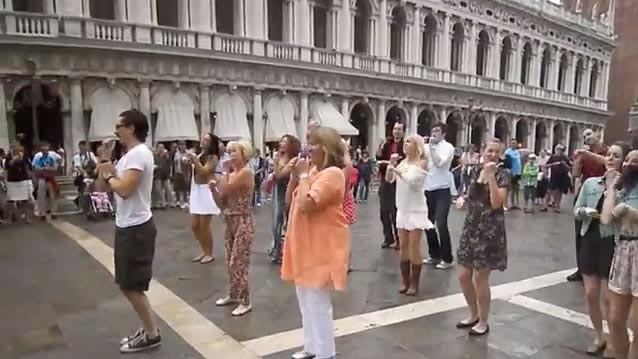 public-wedding-proposal-in-venice-dance