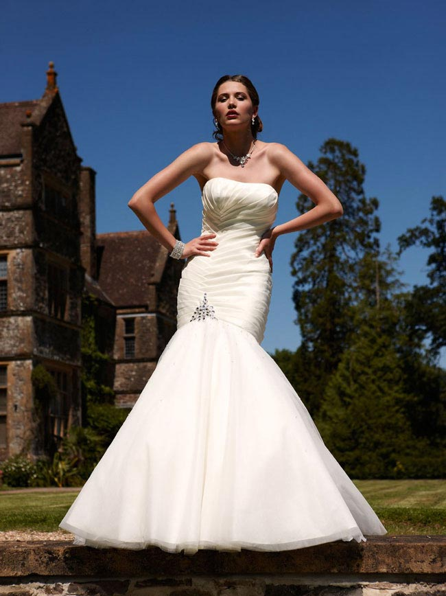 2750b2f5400c How to choose the right wedding dress for your body shape