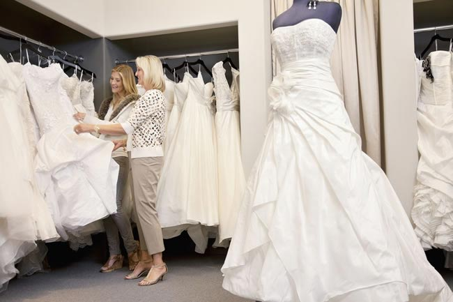 the-dos-and-donts-of-wedding-dress-shopping-looking-at-dress-rack