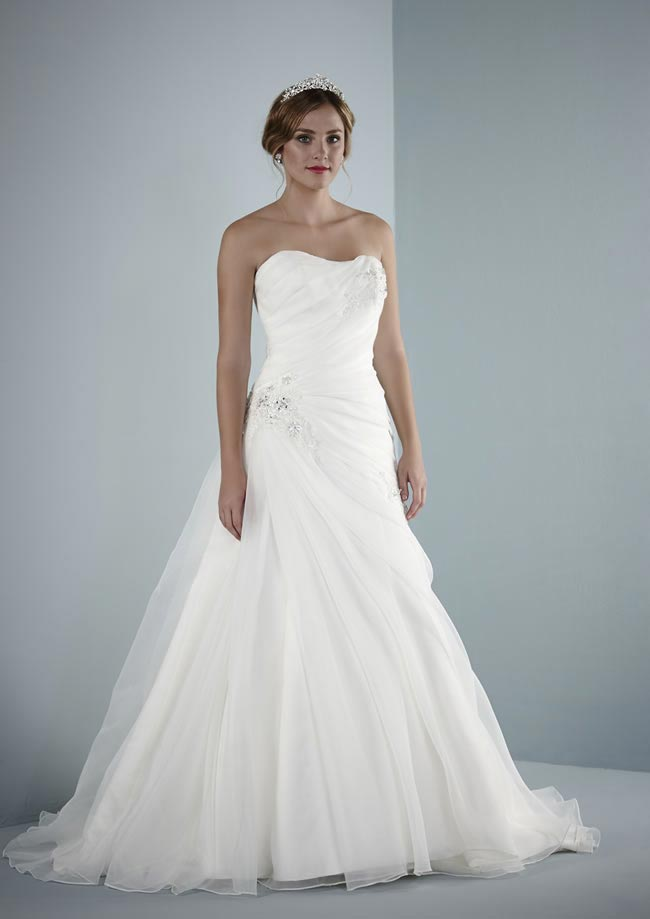 chic-fashionable-and-affordable-brides-on-a-budget-will-love-pure-bridal-arenal-pure-2014-hires