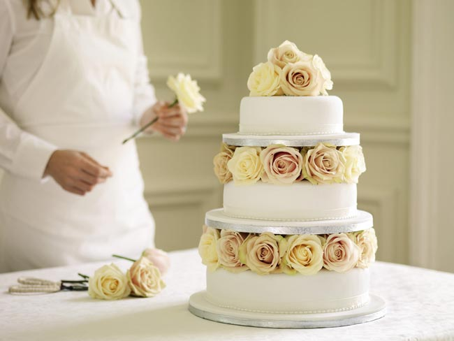 how-to-choose-high-street-wedding-cakes-to-suit-your-theme-plain-cake