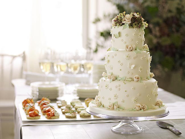 how-to-choose-high-street-wedding-cakes-to-suit-your-theme-vintage-cake