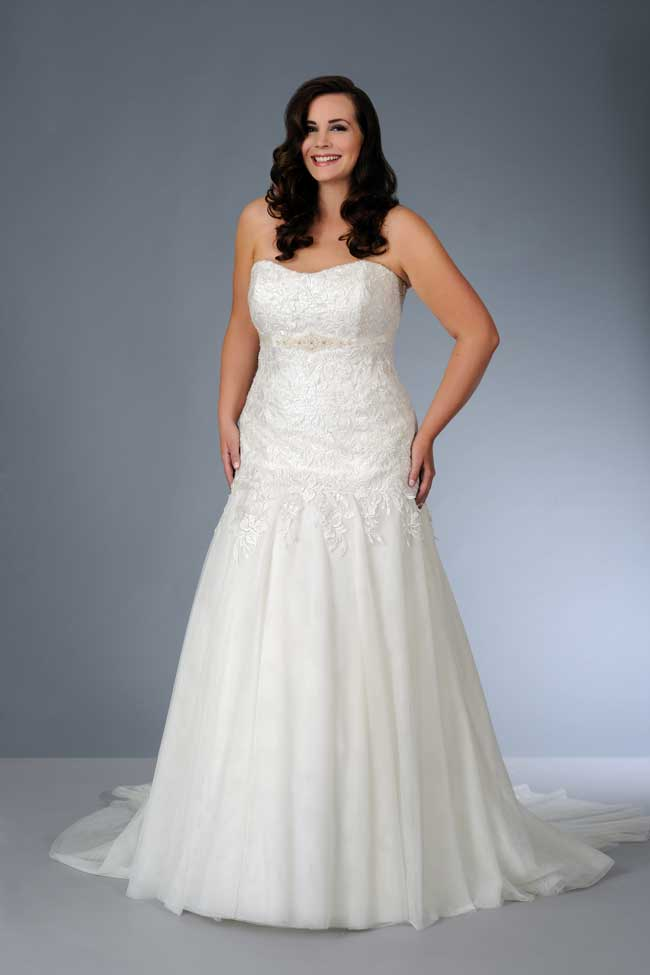 8-essential-wedding-dress-shopping-tips-for-plus-size-brides-Son-91361-01-tall2