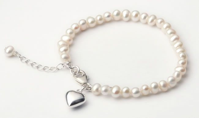 9-perfect-presents-for-children-at-weddings-pearl-bracelet