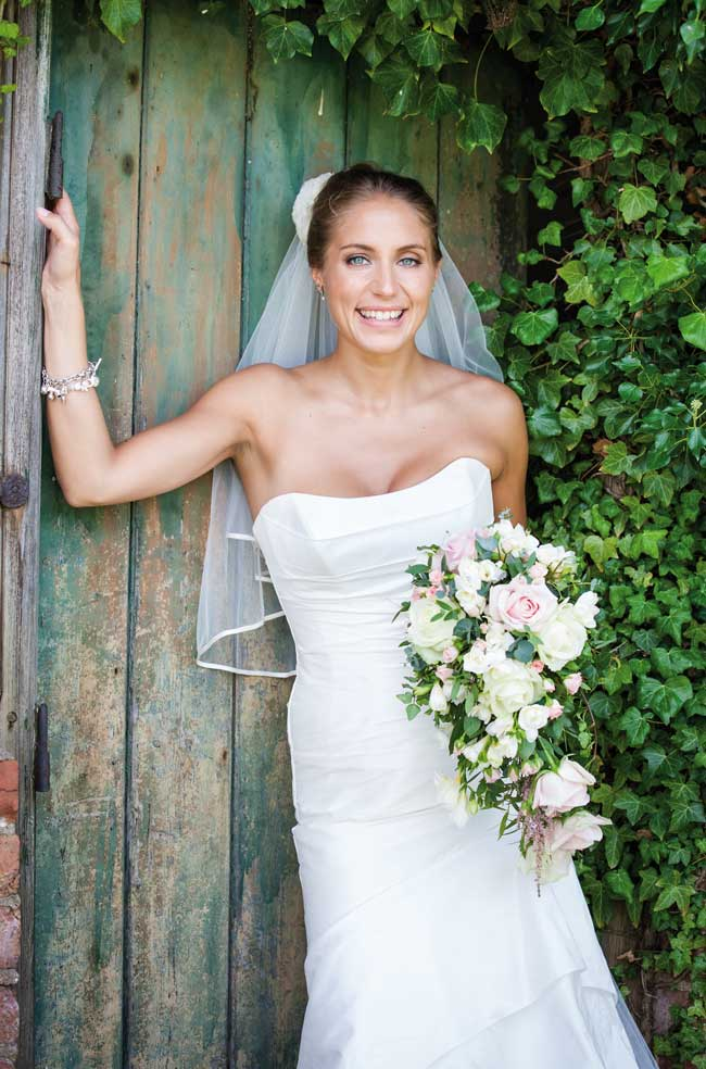 how-to-look-confident-and-comfortable-in-your-wedding-photographs-johastingsphotography.co.uk