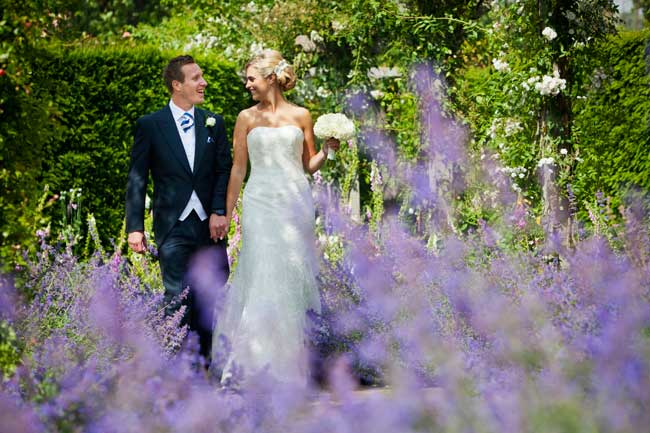 how-to-look-confident-and-comfortable-in-your-wedding-photographs-steven-brookes-1