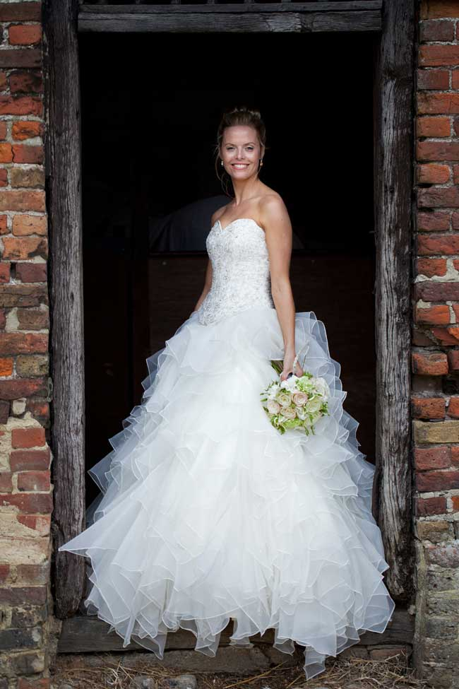 how-to-look-confident-and-comfortable-in-your-wedding-photographs-steven-brookes-2