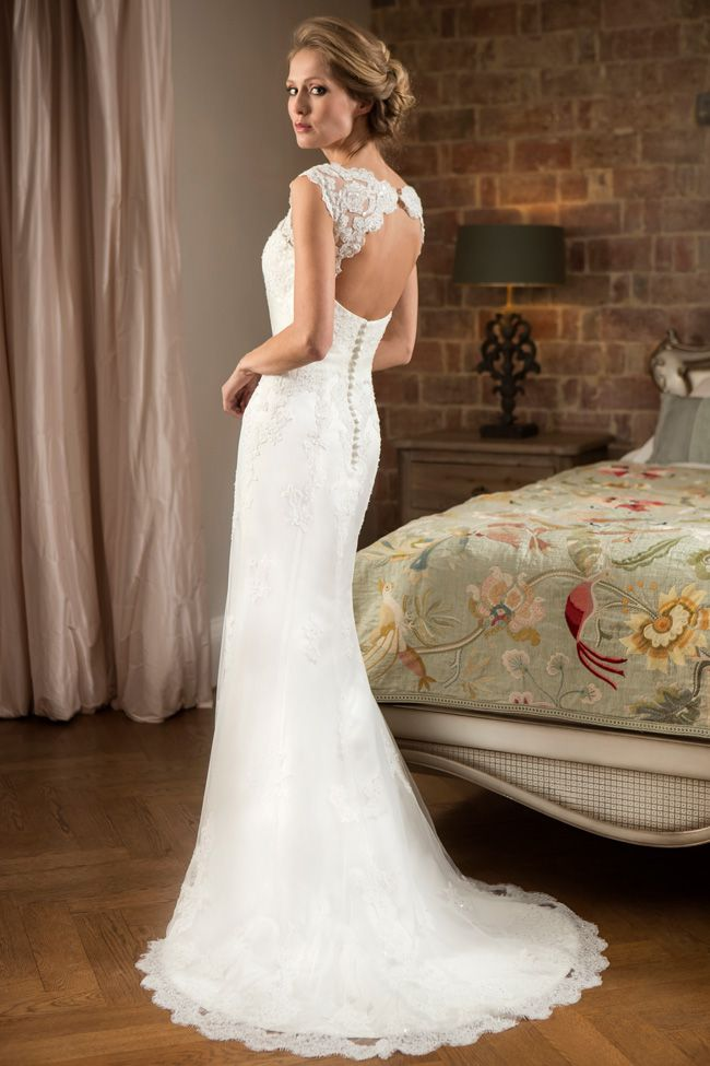 6-luxurious-lightweight-wedding-dresses-perfect-for-the-beach-W134(1)