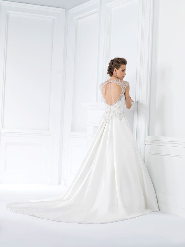 9-of-the-best-new-dresses-for-glamorous-wedding-themes-F161014-B