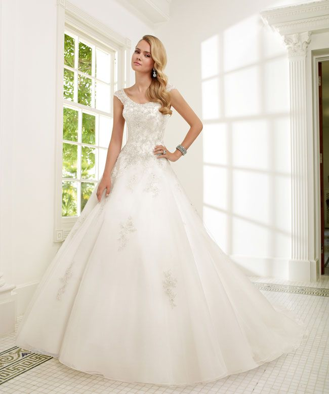 create-your-perfect-bridal-silhouette-with-a-dress-from-ronald-joyce-68001_Roma