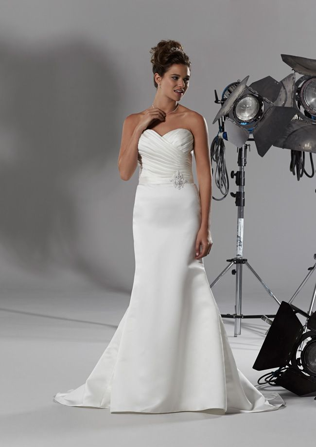 how-to-achieve-a-glamorous-bridal-look-without-blowing-the-budget-lissette-romantica-2014-hires