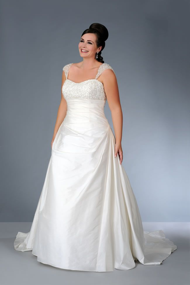 the-latest-sonsie-collection-by-veromia-is-full-of-classic-dresses-for-the-curvy-confident-bride-Son-91252