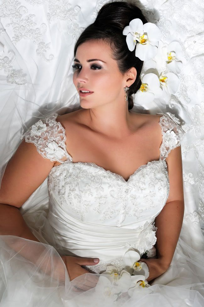 the-latest-sonsie-collection-by-veromia-is-full-of-classic-dresses-for-the-curvy-confident-bride-Son-ad-02