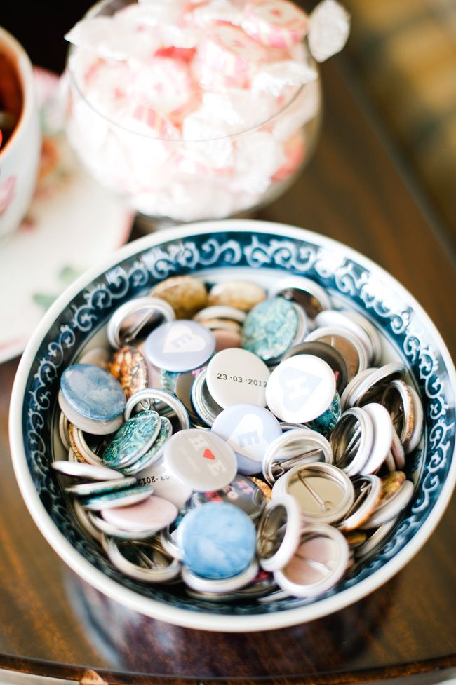 5-alternative-wedding-favours-your-guests-wont-leave-behind-badges-dominiquebader.com