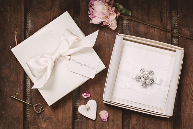 6-wedding-stationery-trends-that-will-never-date-Modern_Classic