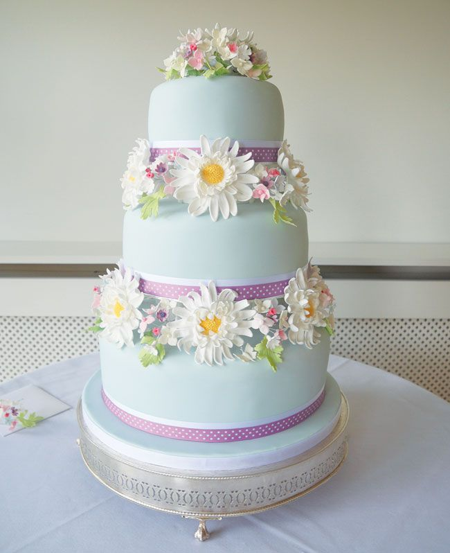 15-of-the-prettiest-wedding-cakes-with-flowers-lauramaycakecompany.co.uk