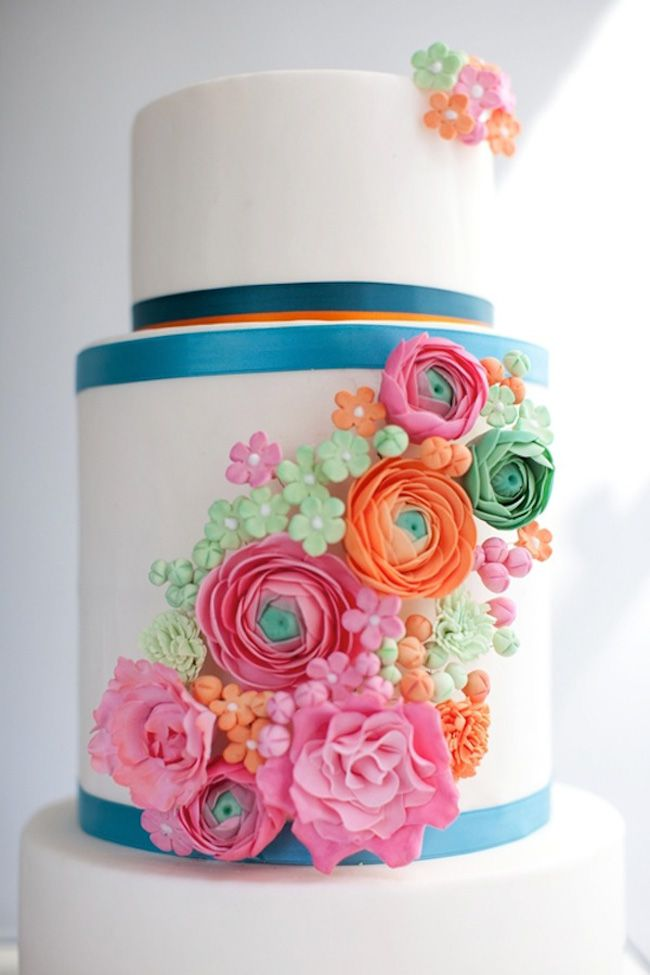 15-of-the-prettiest-wedding-cakes-with-flowers-ranunculus-sugar-flower-wedding-cake-by-The-Sugared-Saffron-Cake-Company-pic-by-carohutchings.com