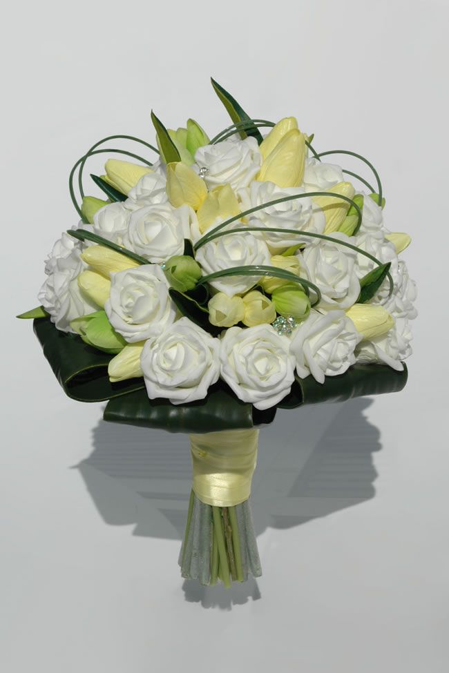 10-stylish-summer-wedding-bouquets-trudy-tulip-rose-bridal-bouquet_5