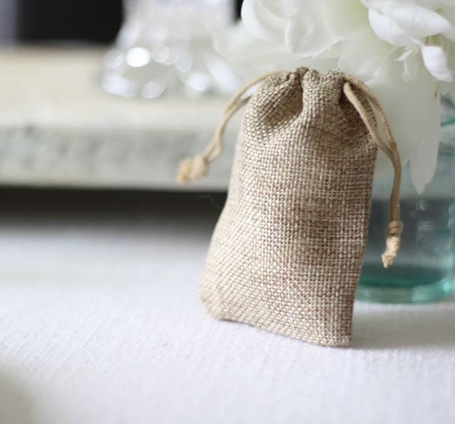 8-of-the-best-wedding-favour-ideas-for-autumn-hessian-wedding-favour-bags-£0.65-The-Wedding-of-my-Dreams-