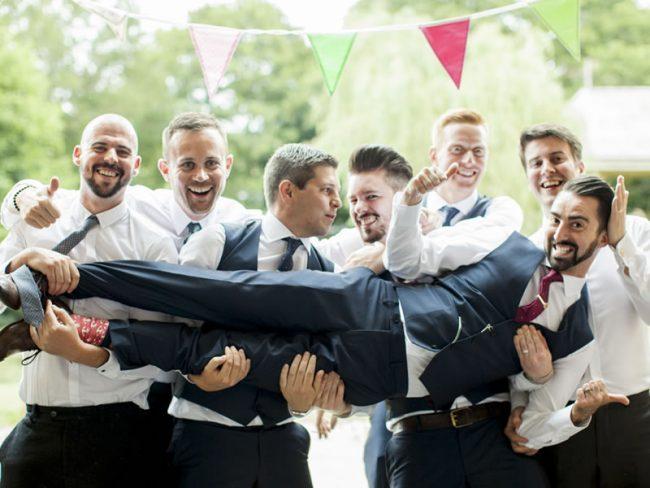 14 Must-take Groomsmen Photos! 'Groom Lift'