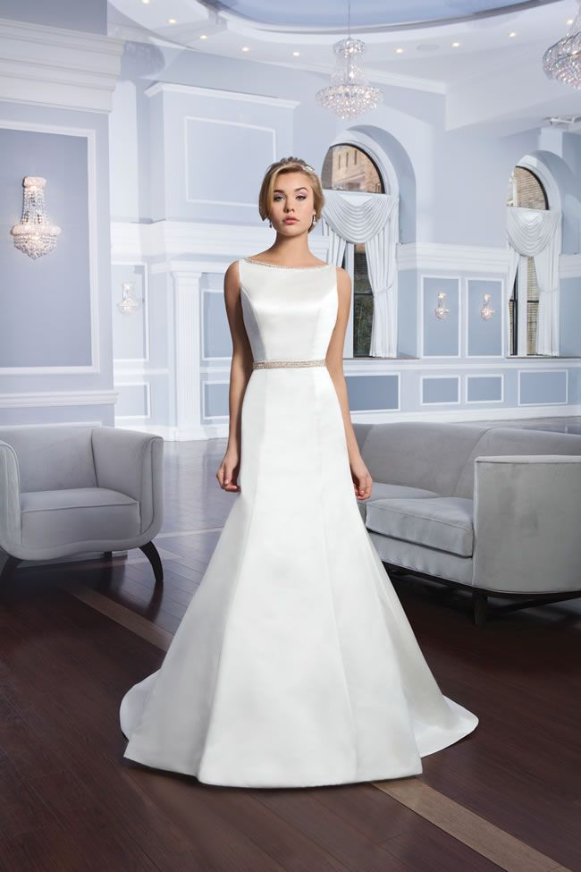 10 Simple Wedding Dresses That Still Look Stunning