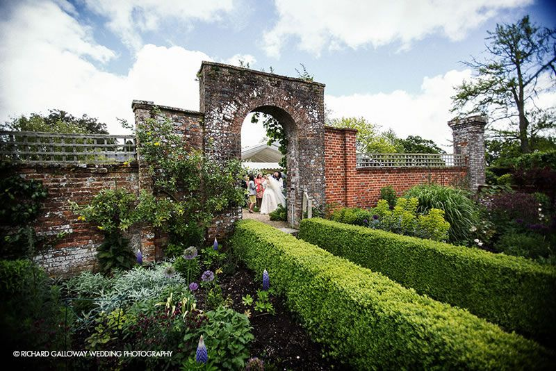 outdoor-wedding-venues-Bignor-Park-Richard-Galloway-Wedding-Photography-at-Bignor-Park-04