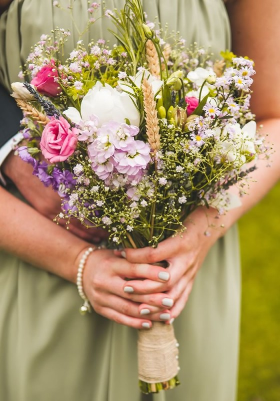 17 swoon-worthy bridal bouquets for you and your maids! Whether you want trailing florals, traditional roses or pretty peonies, here's all the inspiration you need for beautiful wedding flowers!