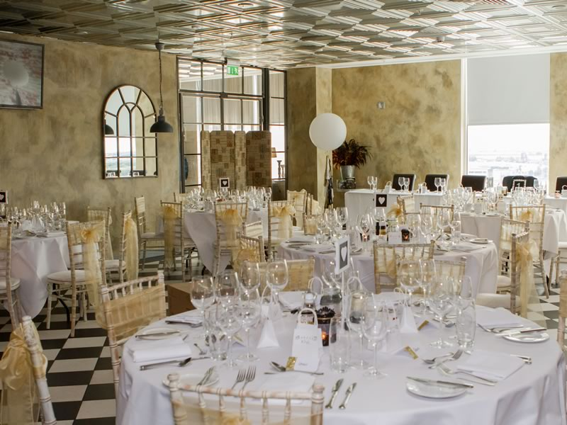 Be inspired by this super glamorous wedding in black, white and gold. The 7th floor venue gave them a bird's eye view and a gorgeous backdrop