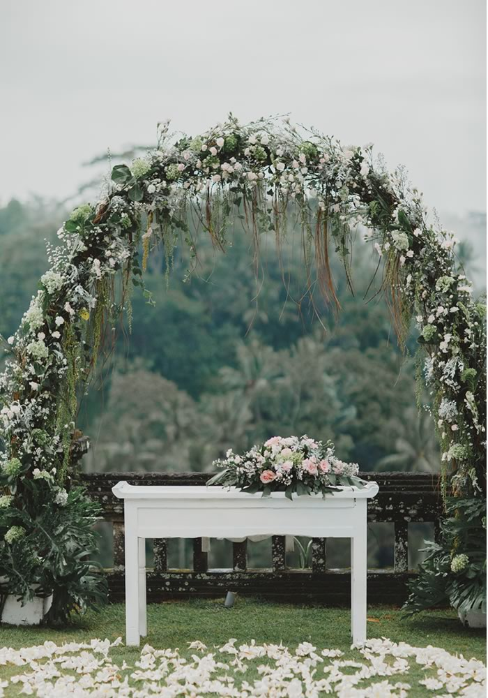 Want a white wedding with the wow-factor? This is the style inspiration you need to take the tradition and transform it into amazing wedding decor!