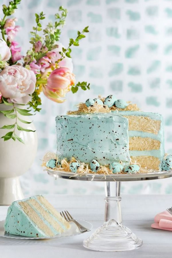 Pinterest: Incorporate your colour right into the centre of your cake. Who says a conventional coloured icing is a rule?!