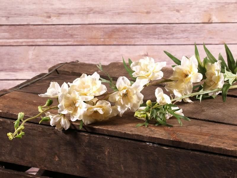 7 reasons to feature artificial flowers in your wedding day. When you could save money and have your pick of flowers, whatever the season, why not?