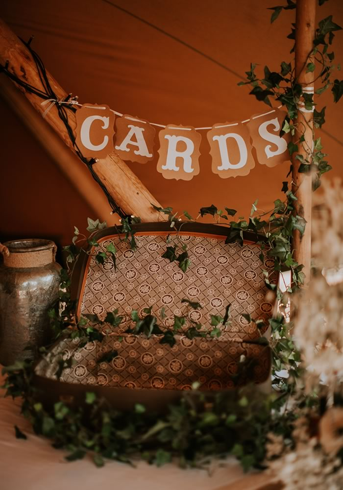 How to style your bohemian tipi reception to create the best atmosphere and the prettiest decor that your guests won't stop talking about!