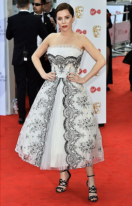 Anna Friel married together lace and monochrome details for a princess style 50's silhouette.