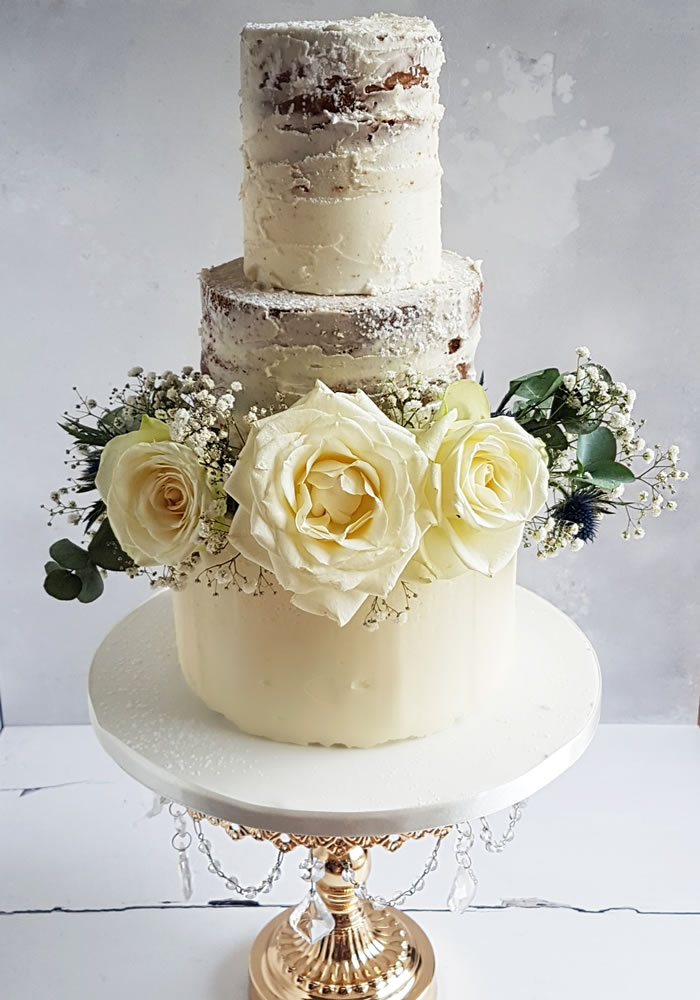 Follow the growing trend to bake your own wedding cake and decorate with this foolproof tutorial for safe and fresh flower decoration!