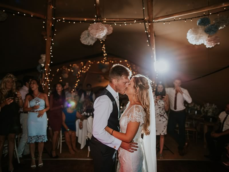 Take the QUIZ to find out your PERFECT first dance song! da-photo.co.uk