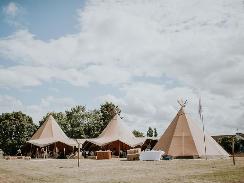 Make yours the wedding everyone remembers as the most fun by choosing a Glastonbury festival themed wedding! Here's how to create the laid-back look & vibe