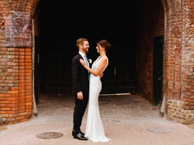 bride and groom choosing the right wedding photographer