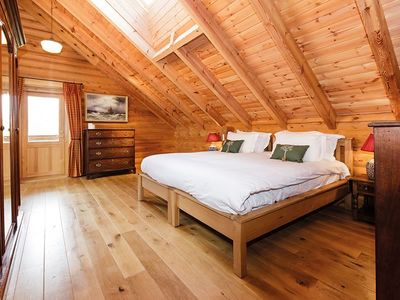 Log House Holidays: Cotswolds Log Cabin On The Lake