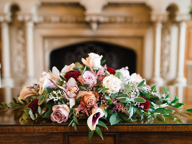 If you're dreaming of a romantic wedding, you will LOVE this burgundy winter wedding with vintage, Victorian touches and an ultra cosy atmosphere...