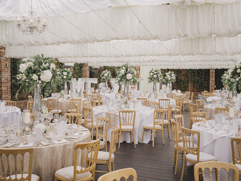 Dreaming of a sparkly wedding filled with flowers? Take inspiration from this floral wedding day with glittering touches to plan your own perfect day