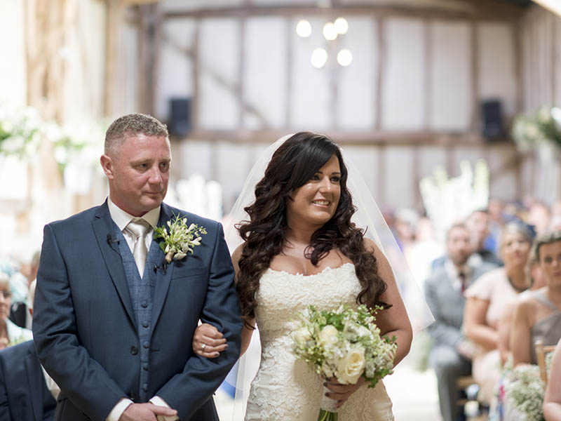 Country garden flowers, homemade seed packet wedding favours and gorgeous greenery barn wedding decor make Keith & Michelle's wedding a must-see...