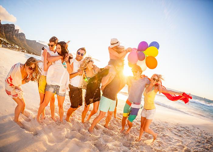 Men and women on beach sten do